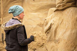 Faszinierende Skulpturen formen Künstler aus verschiedenen Ländern aus Sand © Sebastian John