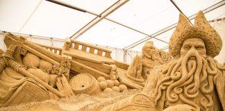 Märchenhafte Gestalten, faszinierend aus Sand geformt, sind die Attraktion in Travemünde © Sebastian John