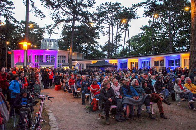 Bis zum letzten Platz gefüllt sind die Plätze der Freilicht-Konzerthalle vor der Trinkkurhalle © Susanne Dittmann