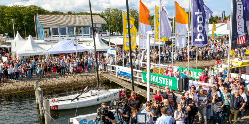 "GroÃer Andrang herrschte bei der Eröffnungsfeier am Steg der ""Lisa von Lübeck"" © segel-bilder.de"