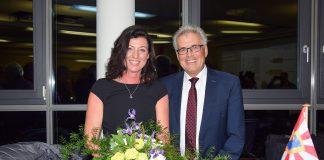 Der noch amtierende Bürgermeister Volker Owerien, der sich nicht zur Widerwahl gestellt hatte, gratulierte seiner Nachfolgerin mit einem Blumenstrauß.