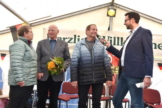 Sie waren die Stars des Tages: Renate und Herbert Ebert (2.v.l.) haben am 9. November 1989 als erste DDR-Bürger die deutsch-deutsche Grenze passiert. BegrüÃt wurden sie von Peter Fünning (2.v.l.) dem sie bei diesem Anlass einen Blumenstrauà überreichten. Das Interview mit dem Ehepaar führte NDR-Moderator Christoph Scheffelmaier.