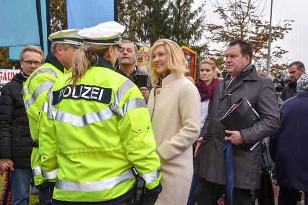 Manuela Schwesig begrüÃte beim Festakt in Schlutup zahlreiche Besucher, auch die anwesenden Polizisten