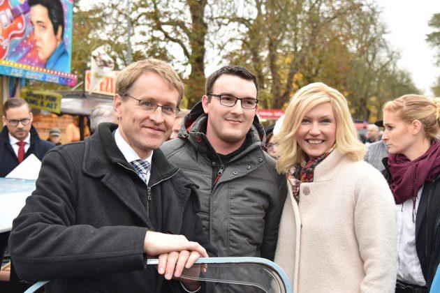 Trabi-Fan Stefan Krüger (Mitte) zeigte Daniel Günther und Manuela Schwesig seinen Veteranen aus dem Baujahr 1989 mit 26 PS.