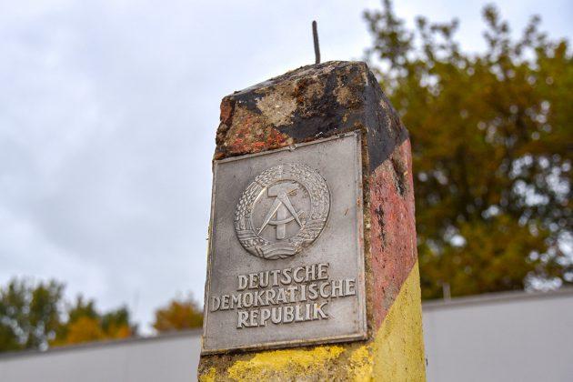 Nur noch eine Erinnerung: Das Wappen der DDR steht noch an der Grenze.