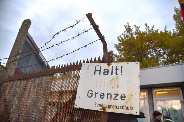 Ein Relikt aus ganz anderer Zeit: mit Stacheldraht und Todesstreifen wurden die Deutschen voneinander getrennt.