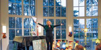 """Die """"Predigt zur Kunst"""" war in Timmendorf schon Kult. Jetzt wird die Galeristin Anja Es von der Gemeinde und ihrer Ausstellung in der Trinkkurhalle Abschied nehmen."""