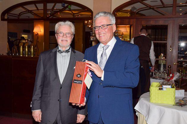 Bürgervorsteher Peter Nelle überreichte ein Geschenk an Volker-Owerien © Katrin Gehrke