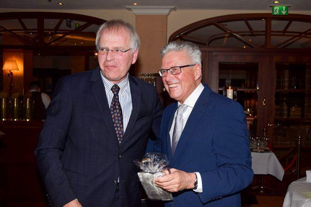 Landrat Reinhard Sager lobte bei der Feier die erfolgreichen Amtsjahre des Scharbeutzer Bürgermeisters Volker Owerien © Katrin Gehrke