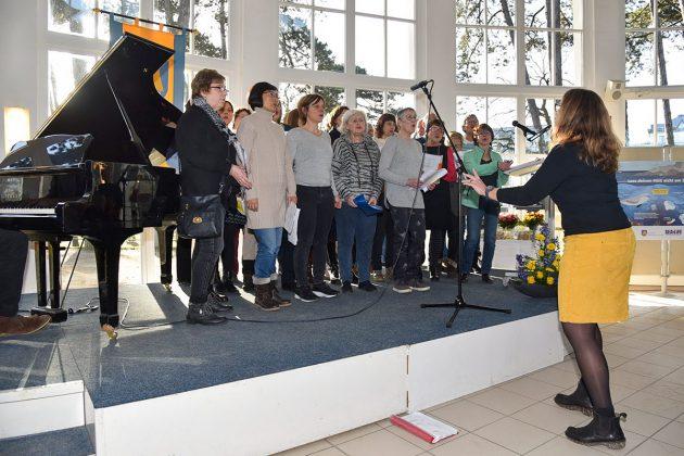 Lieder mit internationalem Klang: Uli von Welt dirigierte den Chor LaTiDo © Susanne Dittmann