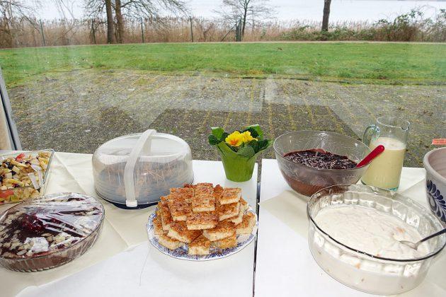 Immer wieder ein köstlicher Höhepunkt: Das Brunch-Buffet aus Klingberger Küchen mit Ausblick auf den GroÃen Pönitzer See.