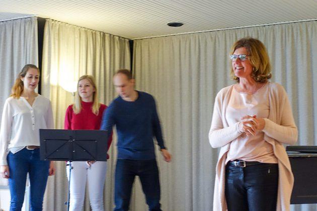 BegrüÃung im Haus des Gastes: Britta Proband von der VHS Klingberg begrüÃt die Gäste.