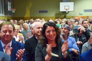Bettina Schäfer, die im Februar das Scharbeutzer Bürgermeisteramt antritt, und Ingo Gädechens applaudieren Volker Owerien. Foto: Katrin Gehrke