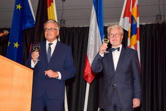 Prost Neujahr! Rund 600 Gäste stießen mit Bürgermeister Volker Owerien (links) und Bürgervorsteher Nelle auf das neue Jahr an. Foto: Katrin Gehrke
