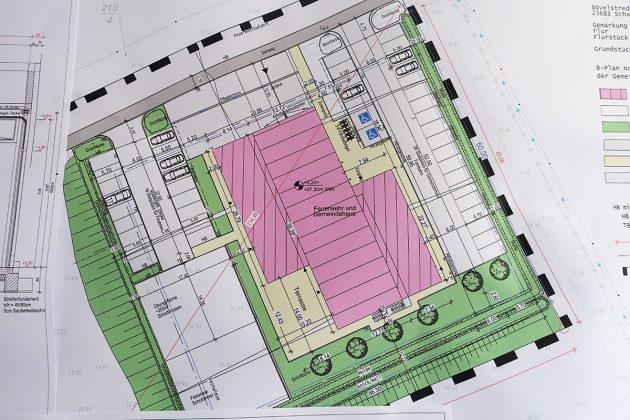 Hier ist der Lageplan des vielseitigen Gebäudes auf einem Grundstück, das vormals Ackerfläche war