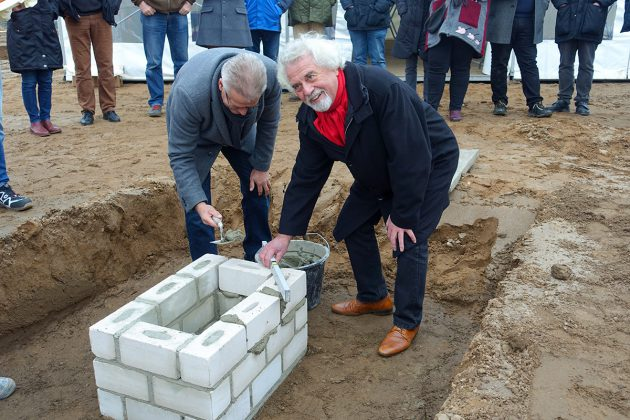 Feierliche Bauarbeiten: Hier legen Bürgermeister Volker Owerien und Bürgervorsteher Reinhard Stapf den Grundstein für das Feuerwehr- und Gemeinschaftshaus