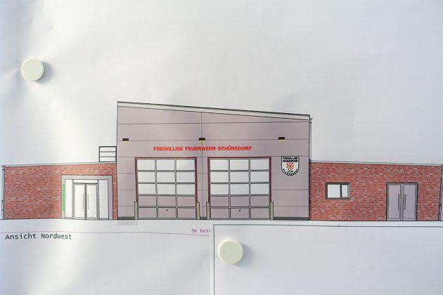 Die Nordwest-Ansicht zeigt die Einfahrt zum Feuerwehrhaus