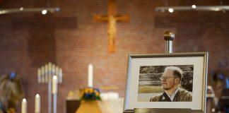 Stilles Gedenken an Pastor Vogel in der Timmendorfer Waldkirche © Marco Heinen, Kirchenkreis OH