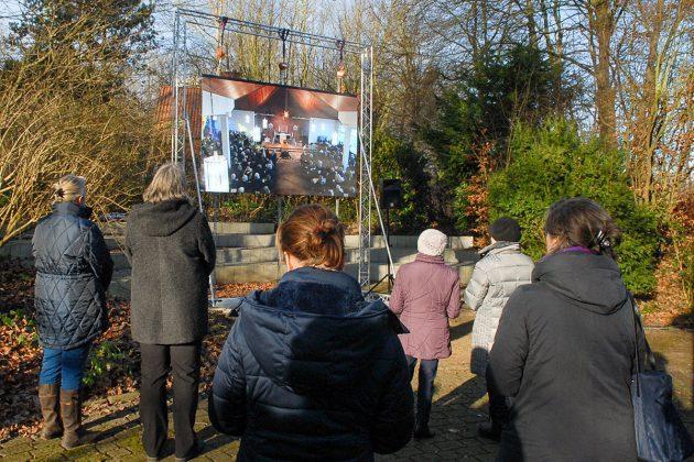 Wegen des groÃen Andrangs wurde die Trauerfeier für den verstorbenen Pastor Thomas Vogel auch vor dem Pastorat auf einer Leinwand übertragen © Susanne Dittmann