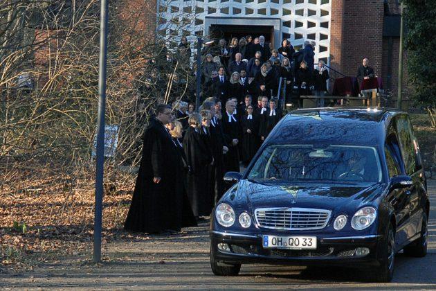 Ein Moment gemeinsamer Trauer: Vor der Waldkirche verabschieden sich die Pastoren des Kirchenkreises von dem Verstorbenen © Susanne Dittmann