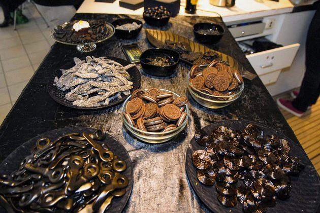 Schnecken, Schuhe, Salzheringe, Anisbonbons, Oliven, Sesamgebäck: Alles in schwarz auf dem KUNST-Büffet. © Susanne Dittmann