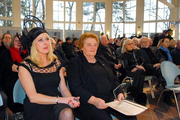Viele Kunstfreunde waren extra angereist, um an der Abschiedsfeier teilzunehmen. Anja Es (vorne links) und Gisela Steinhardt (rechts) hielten je eine Abschiedrede. © Susanne Dittmann