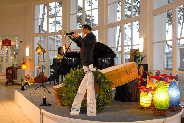 Gabriele Pott am Klavier und Joachim Pfeiffer mit Trompete: stimmungsvolle Musik bei der Abschiedsfeier. © Susanne Dittmann