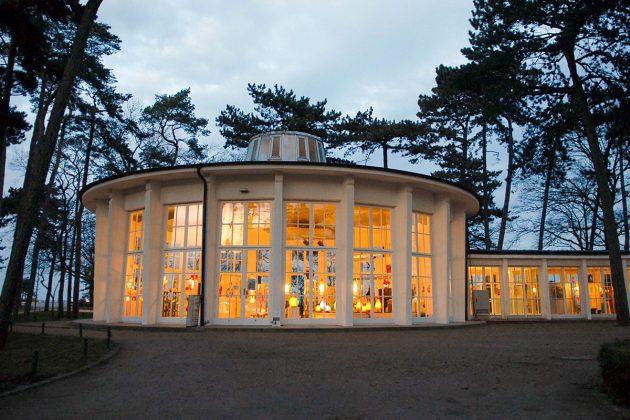 Sanft beleuchtet ist die Rotunde der Timmendorfer Trinkkurhalle: in ihr leuchten die originellen Borowski-Skulpturen und vermitteln märchenhafte Stimmung. © Susanne Dittmann