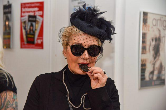 Ein Häppchen schwarzer Leckereien zum Trost: Alle Teilnehmer hatten sich sehr einfallsreich gekleidet. © Susanne Dittmann