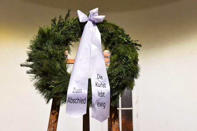 """""""Die KUNST lebt ewig"""" steht auf den Trauerkranz. Die Galerie Anja Es wird in der Travemünder Alten Vogtei wieder auferstehen. © Susanne Dittmann"""