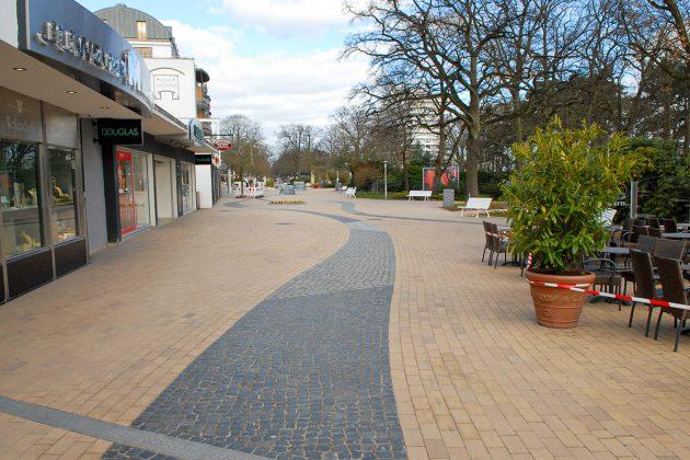 Keine Menschenseele auf der Timmendorfer Promenade. Trauriges Bild in traurigen Zeiten.