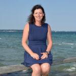 Bettina Schäfer, Bürgermeisterin von Scharbeutz, genießt die neue, frische Brise: Sie kennt alle Ecken im Ostseebad und weiß, wo Vorsicht geboten ist. Foto: Katrin Gehrke