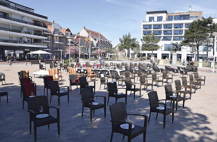 Auf dem menschenleeren Seebrückenvorplatz sollen leere Stühle auf die Situation der Restaurants aufmerksam machen. Foto: KG