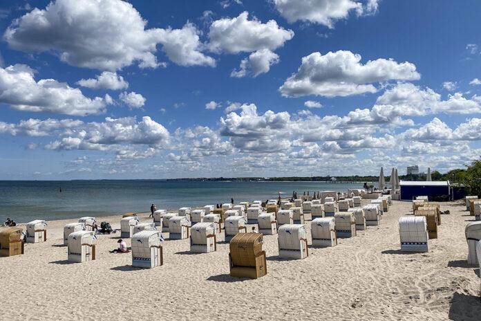 Ein schönes Bild: Der Strand, das Meer, Schönwetterwolken... und die ersten Urlauber sind auch schon eingetroffen. Timmendorfer Strand und Scharbeutz sind als Gastgeber gut gerüstet, um Sicherheit und Komfort zugleich zu bieten. Foto: Rotraud Schwarz