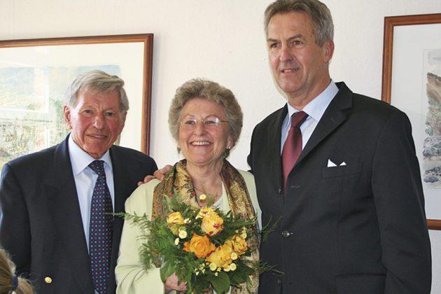 Gratulation zur Goldenen Hochzeit: Helga und Carlos Schütt mit Bürgermeister Volker Popp