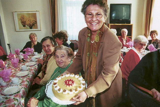 Vor langer Zeit im Strohdachhaus: Senioren-Party zum 18. Jubiläum des Seniorentreffs.