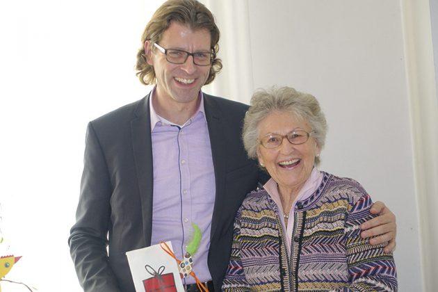 Gut gelaunt im Seniorentreff: Bürgermeister Robert Wagner besuchte Helga Schütt und ihre Barockteenager im vergangenen Sommer.