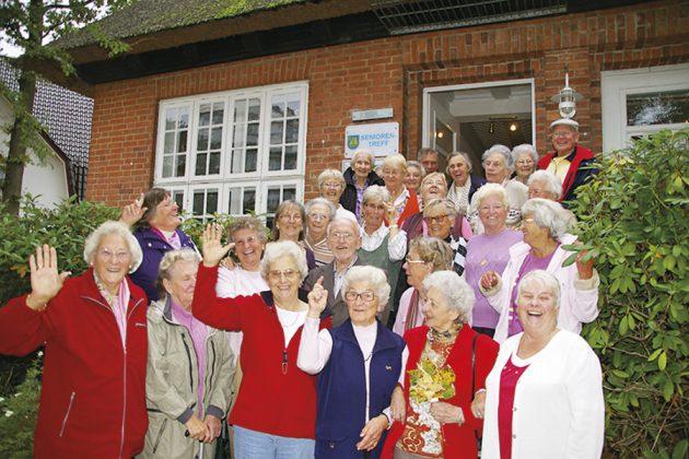 Da sind sie, die Barockteenager vor dem Strohdachhaus: Seit Jahren beliebtester Treffpunkt der Timmendorfer Senioren