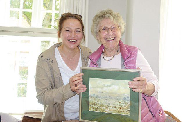 Ein Gemälde zur Erinnerung: Ex-Bürgermeisterin Hatice Kara war dem Seniorentreff immer sehr verbunden und kam zum Abschied noch mal zu Besuch.