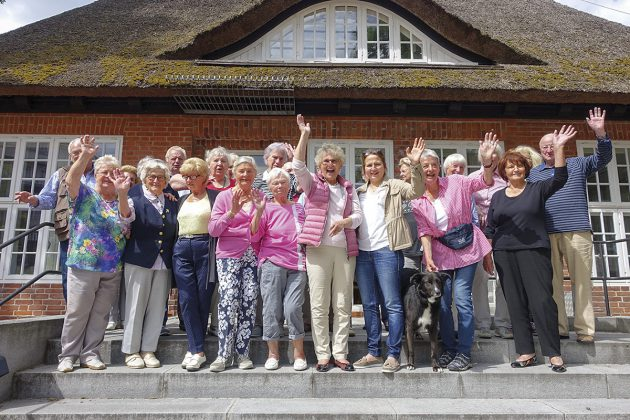 """Eine fröhliche Truppe mit Tradition: 37 Jahre lang trafen sich die """"Barockteenager"""" mit Schirmherrin Helga Schütt im Timmendorfer Strohdachhaus"""