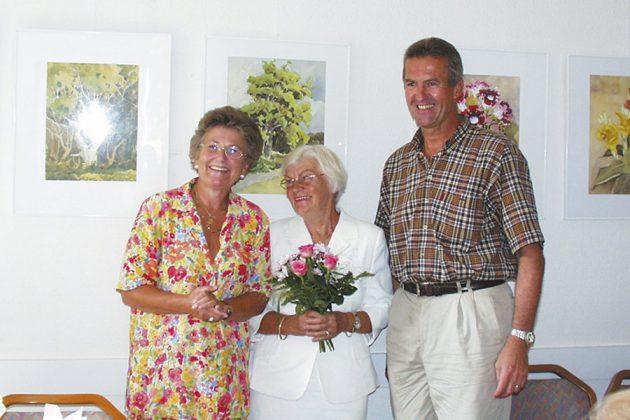 Erinnerung an das Jahr 2003: Ein SträuÃchen in Ehren von Bürgermeister Volker Popp und Helga Schütt (li) für die Gerda Kersten, Witwe des verstorbenen Künstlers Gerhard Kersten, bei einer Erinnerungs-Ausstellung.