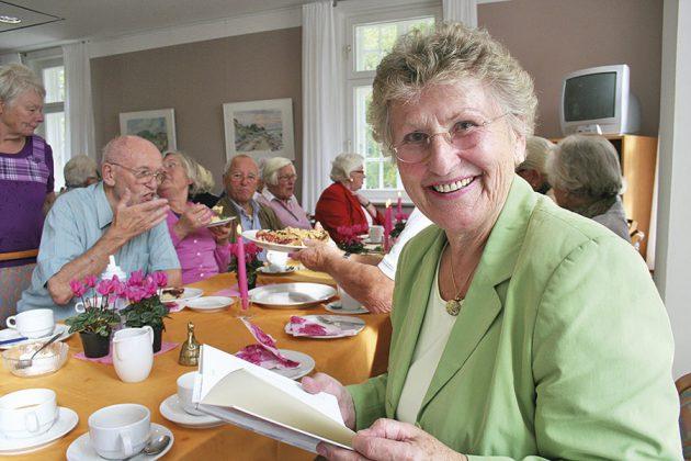 Alle beim Senioren-Kaffee: Helga Schütt lud jeden Dienstagnachmittag ein zum Treffen, Schnacken, Kuchen essen im Strohdachhaus.