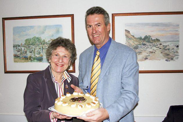 Eine Torte zum Geburtstag für Helga Schütt von Bürgermeister Volker Popp, der 2012 verstarb.
