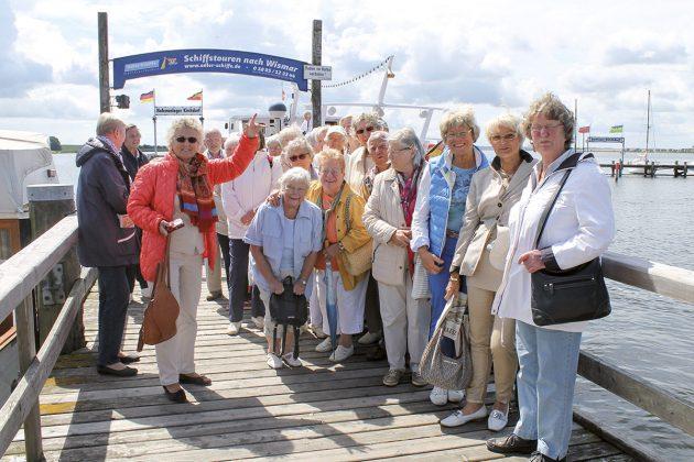 Kurz vor der Schiffstour: Senioren auf Reisen mit ihrer Schirmherrin Helga Schütt (Mitte)