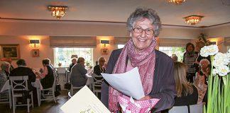 """""""Lieber gemeinsam als einsam"""" lautet das Motto vom Seniorentreff: Helga Schütt leitete die Einrichtung mehr als 37 Jahre. Hier nimmt sie beim Jubiläumsfest im Fuchsbau Geschenke entgegen."""