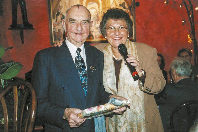 Einer der ältesten Seniorentreff-Besucher wurde von Helga Schütt zum Geburtstag geehrt.