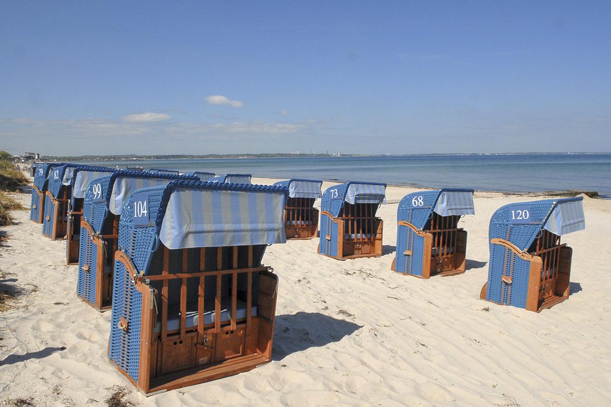 In leuchtendem Meerblau laden die Strandkörbe dazu ein, die Ostsee, die Ruhe, die Luft zu genießen. Foto: Susanne Dittmann