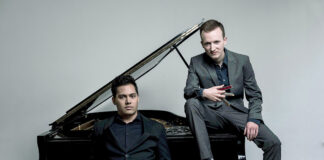 """Konstantin Reinfeld und Benyamin Nuss sin die """"Zwei musikalischen Globetrotter"""" in der Timmendorfer Trinkkurhalle"""