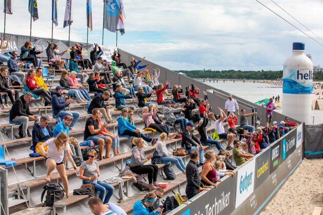 """Mit Abstand in den Rängen, aber mit """"La-Ola""""-Wellen: Die Zahl der Zuschauer wurde auf 200 begrenzt, die Begeisterung war trotzdem gesichert © Jörn Eckert"""