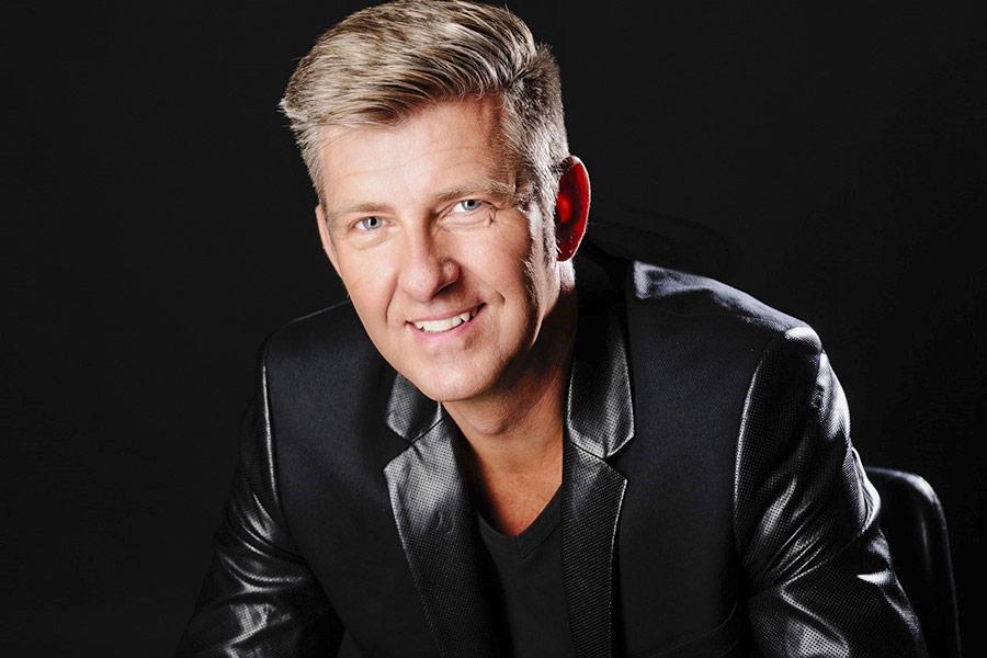 Sänger und Songwriter Volker Dymel begeistert das Publikum mit seinem einzigartigen Musikprogramm